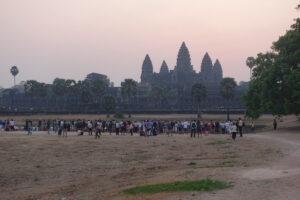 Touristenmassen warten auf die ersten Sonnenstrahlen vor Angkor Wat