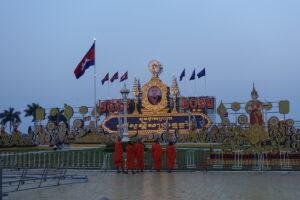 Mönche betrachten ein Bild des Königs